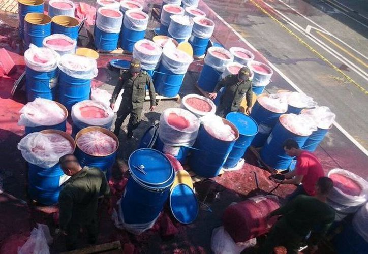 Los 495 paquetes de droga estaban ocultos en 114 canecas que contenían pulpa de fresa.  (twitter.com/Cesar978)