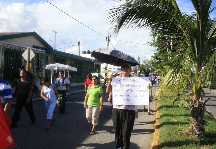 Alrededor de 400 maestros realizaron una caminata sobre las avenidas circundantes a la SEyC. (Harold Alcocer/SIPSE)