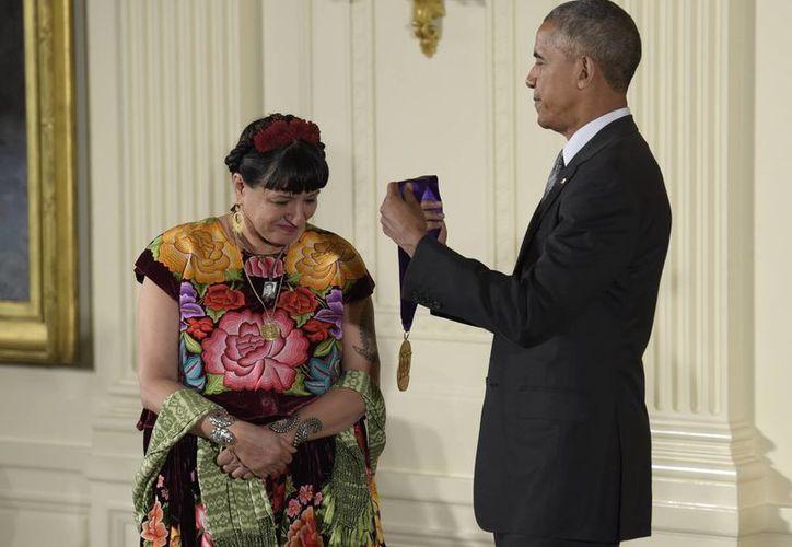 Sandra Cisneros, escritora de origen mexicano, fue premiada por enriquecer la literatura de Estados Unidos. (AP/Susan Walsh)