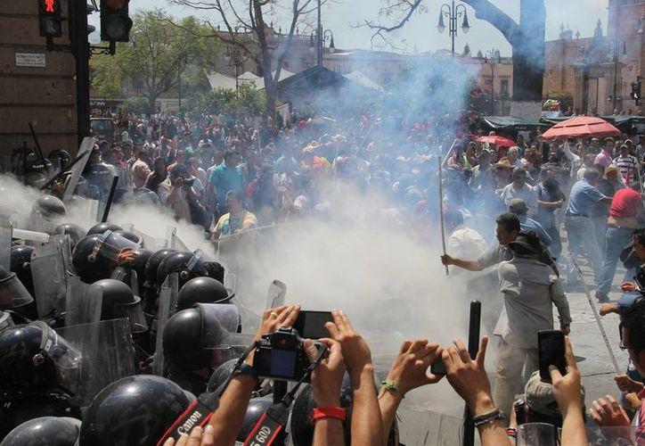 La CNTE asegura que no es verdad que escaseen la gasolina y la comida en Oaxaca, como afirman las autoridades. (Archivo/Agencias)