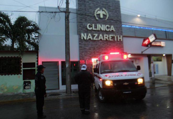 Paramédicos de la Cruz Roja asistieron a una persona baleada en Cancún. (Redacción/SIPSE)