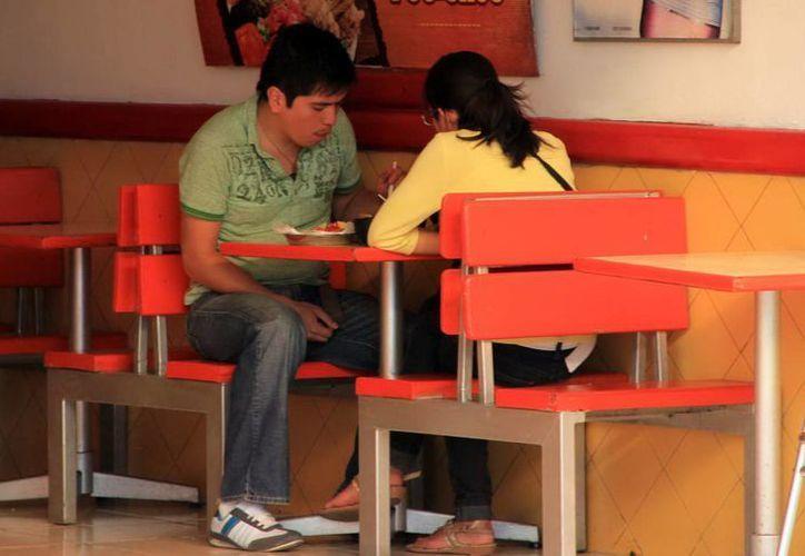Los restauranteros saben que si aumentan precios pueden alejar a los comensales. (SIPSE)