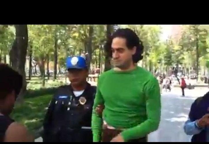 Hernández dijo que fue dejado en libertad porque varias personas comenzaron a filmar a los policías. (YouTube)