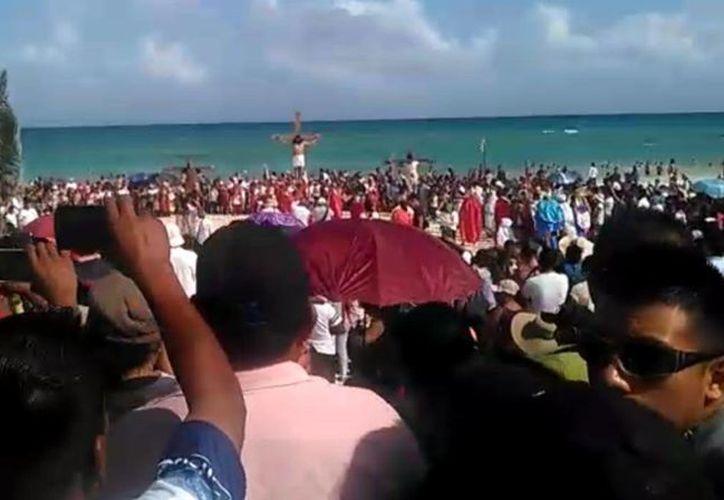 El recorrido de la parroquia del Carmen, inició en la colonia Colosio y culminará en la playa de Parque de Fundadores. (Daniel Pacheco/SIPSE)