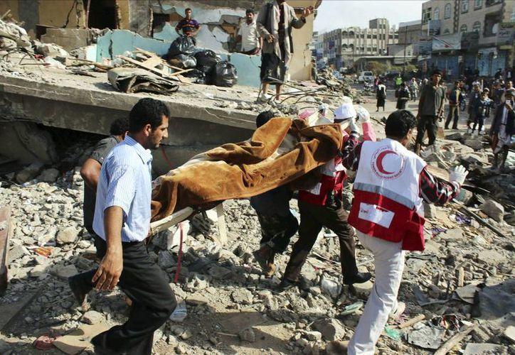 Imagen del personal de rescate al trasladar el cuerpo sin vida de una persona que falleció en un ataque aéreo en Ibb, Yemen, el pasado lunes. (EFE)
