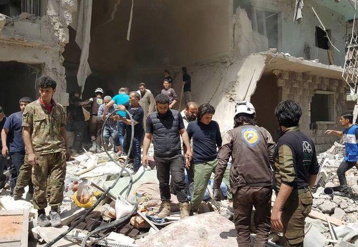 Al menos diez civiles -entre ellos siete niños y una mujer- murieron por bombardeos sobre el barrio de Al Marya, en Alepo. (EFE)