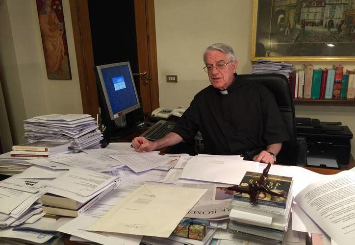 Imagen del 21 de julio de 2016 del sacerdote jesuíta Federico Lombardi, en su oficina de prensa del Vaticano. Lombardi anunció este 2 de agosto de 2015 su retiro como vocero del Papa. (Foto Archivo/Notimex/Andres Beltramo)