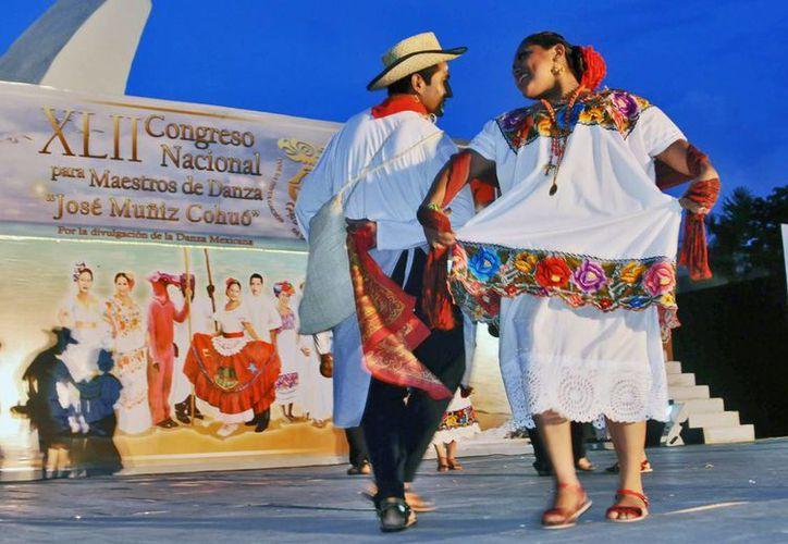Yucatecos presentaron los bailables Zenzontle, Tunkuluchu y Chuyubes, entre otras. (Cortesía/SIPSE)