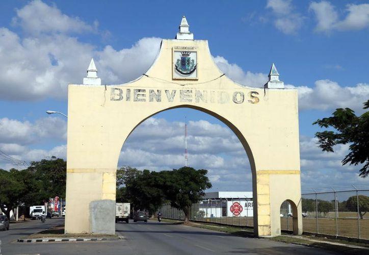 El arco da la bienvenida a los viajeros, especialmente a los que llegan al Aeropuerto Internacional de Mérida. (Foto: Milenio Novedades)