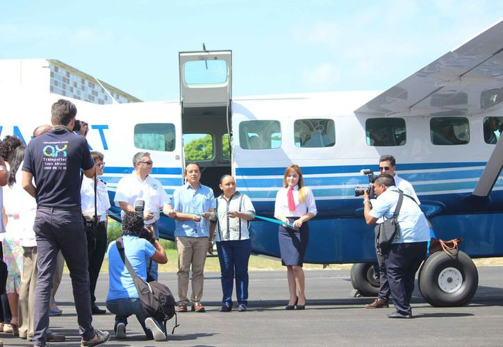 Las autoridades y empresarios estuvieron presentes en la reactivación de los vuelos. (Daniel Pacheco/SIPSE)