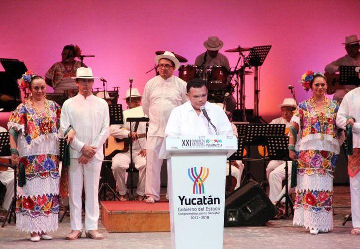"""""""Queremos que sepan que Yucatán es destino de emoción, que cuenta con la infraestructura, conectividad carretera, aérea y marítima; con importante presencia de cadenas hoteleras nacionales e internacionales"""" dijo Rolando Zapata durante la inauguración del evento. (Milenio Novedades)"""