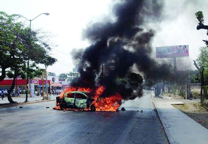 Durante la manifestación en contra de la reforma educativa de este viernes en Chiapas, maestros sindicalizados de la CNTE, intentaron bloquear vías de comunicación en siete puntos estratégicos del estado. (Imagen tomada de diariodechiapas.com)