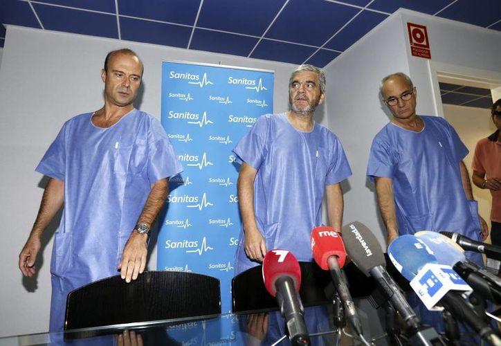 El doctor Carlos Díez, jefe de los servicios médicos del Real Madrid (i), y los especialistas que atendieron a Xavi, dieron a conocer los detalles de la operación. (EFE)