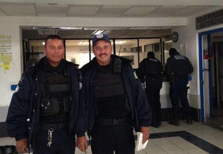Un corto circuito incendió un colchón, las llamas se extendieron y mantuvieron atrapados a los dos niños, pero entonces llegaron los oficiales Juan Carlos Camacho Galván y Vidal Vicente Mendoza para salvarlos. (Milenio)
