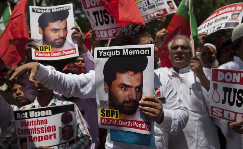 Activistas indios de la organización extremista Hindu Sena quema carteles del condenado a muerte Yakub Memon durante una protesta en favor de su muerte. Hoy fue ejecutado a la edad de 54 años. (Archivo/EFE)