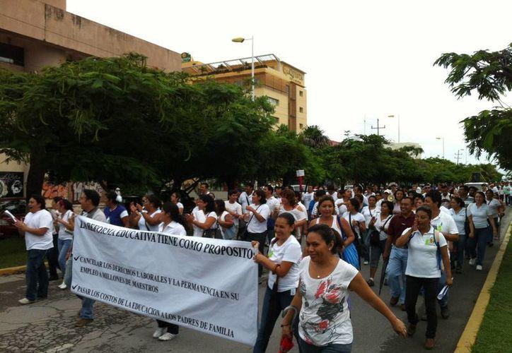 González Sabido afirmó que el compromiso de los maestros con las nuevas generaciones les obliga a no afectar el derecho de terceros. (Redacción/SIPSE)