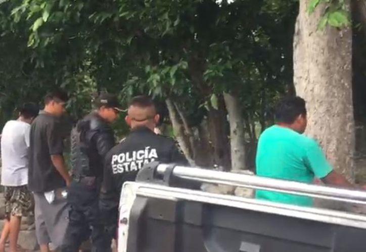 Presuntamente los fueron detenidos portaban droga y algunas credenciales del Instituto Nacional Electoral INE. (Captura de pantalla/Video: Jorge Caiuch/Milenio Novedades)