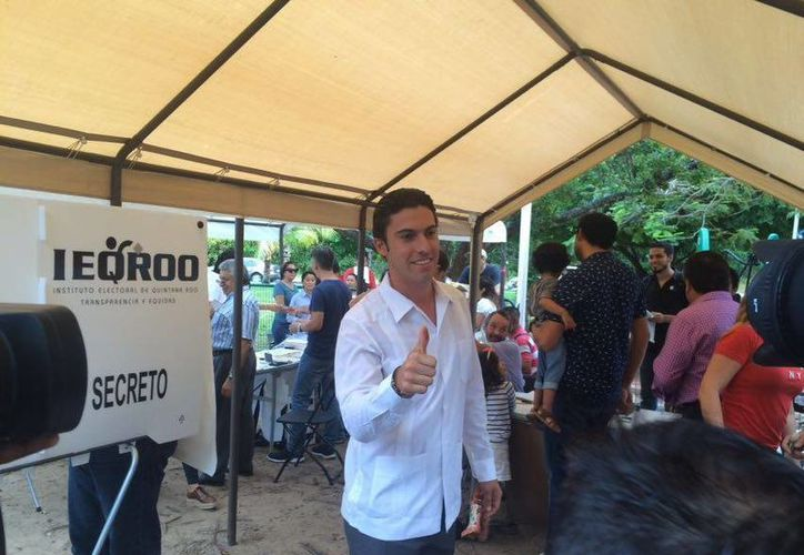 Remberto Estrada vota en Cancún. (Stephani Blanco/SIPSE)