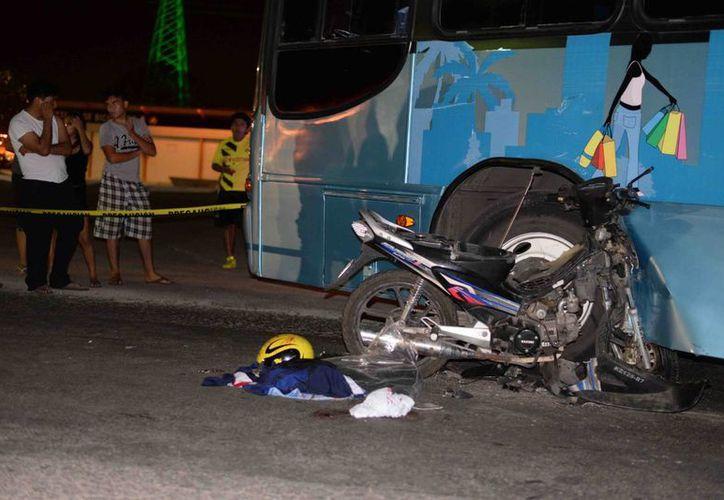 Una motocicleta se impactó en el guardalodos en un autobús, en la colonia San Antonio Xluch. (Milenio Novedades)