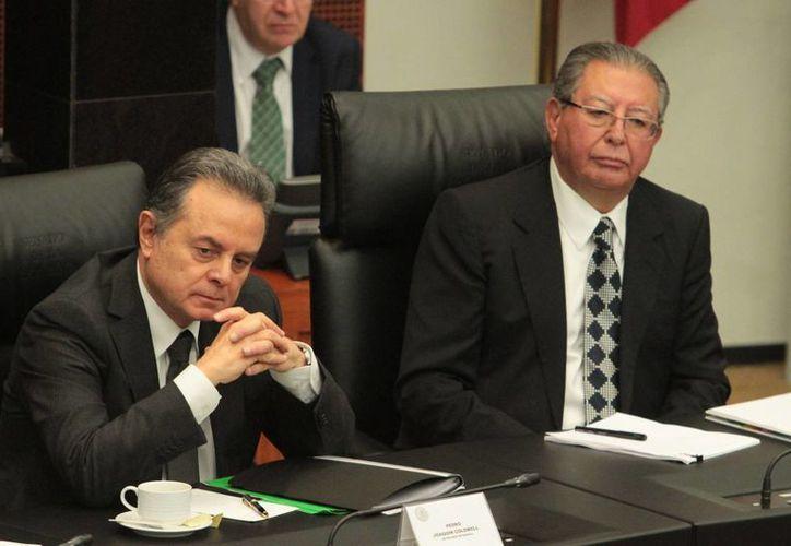 El secretario de Energía, Pedro Joaquín Coldwell, con el titular de la CFE, en su comparecencia ante comisiones del Senado. (Notimex)
