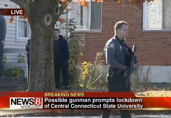 La policía ya se encuentra en las instalaciones de la universidad.(twitter.com/BuzzFeedNews)