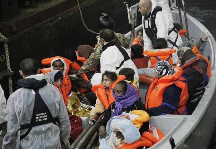 Una barca de salvamento llega al buque anfibio 'San Marco Mare Nostrum' con inmigrantes rescatados de las aguas cercanas a la costa de Lampedusa en Italia. (Archivo/EFE)