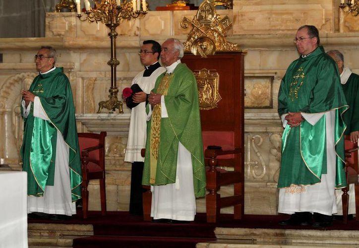 El rector de la Catedral Metropolitana, monseñor Manuel Arellano Rangel, ofició la misa dominical en la Catedral. (Notimex)
