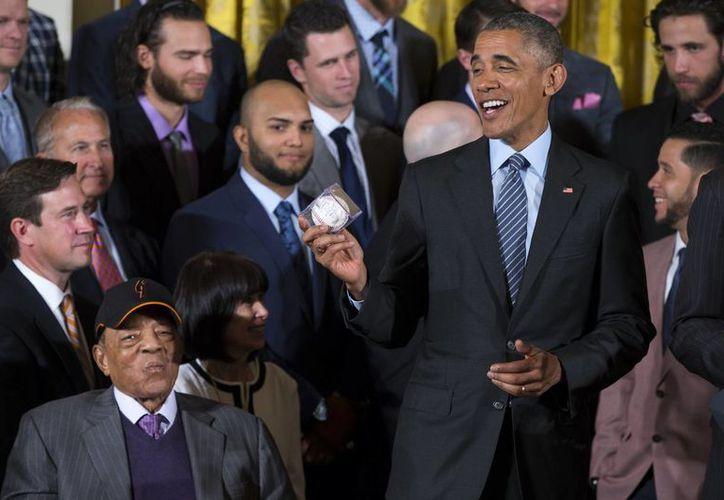 El presidente Barack Obama muestra una pelota autografiada por todo el plantel de Gigantes de San Francisco, que visitaron la Casa Blanca tras haber ganado el título de la NFL. (Foto: AP)