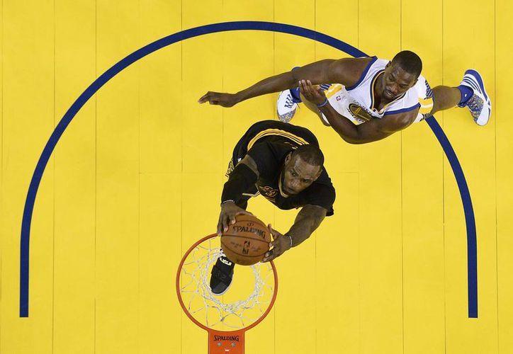 Tras el espectacular lunes que brindó LeBron James en la victoria de Cavaliers, el alero luce confiado de empatar la serie a tres juegos este jueves. (AP)
