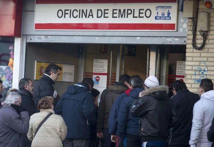 El desempleo juvenil ha alcanzado niveles críticos y amenaza con desestabilizar a muchos países, donde políticos y ricos hacen oídos sordos. (Agencias)