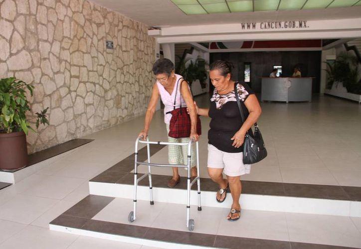 El ascensor beneficiará a las personas que sufren de alguna lesión o discapacidad. (Tomás Álvarez/SIPSE)