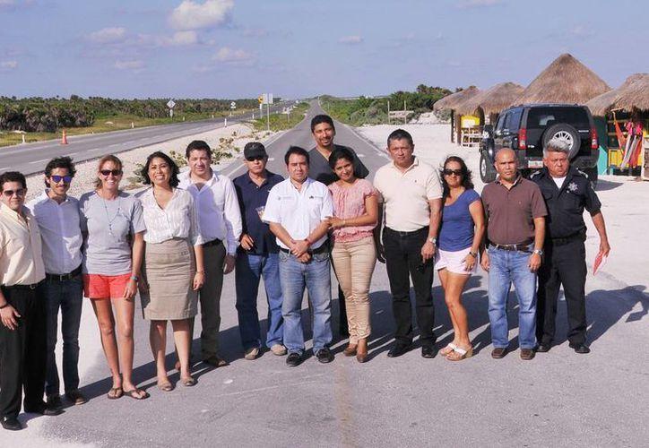 Funcionarios municipales y deportistas realizaron un recorrido por la ciclovía. (Cortesía/SIPSE)