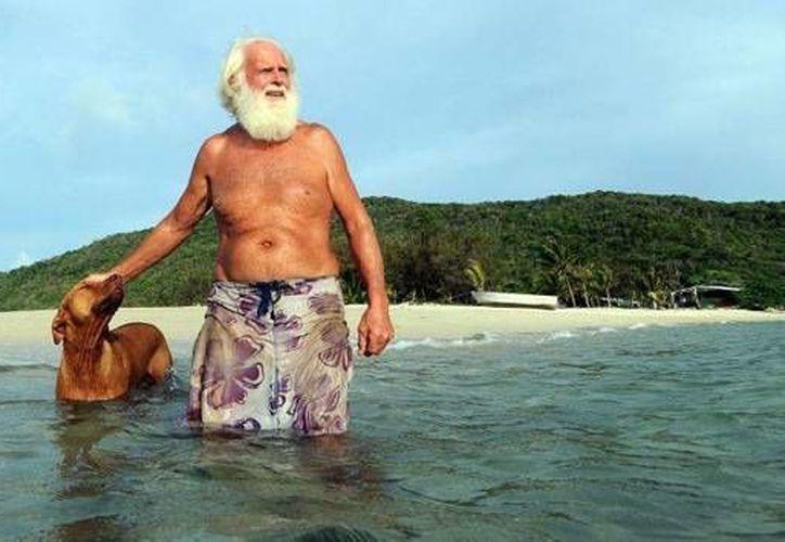 David Glasheen, de 69 años, ha vivido 17 años en la isla acompañado de su perro fiel Quasi. (RT)
