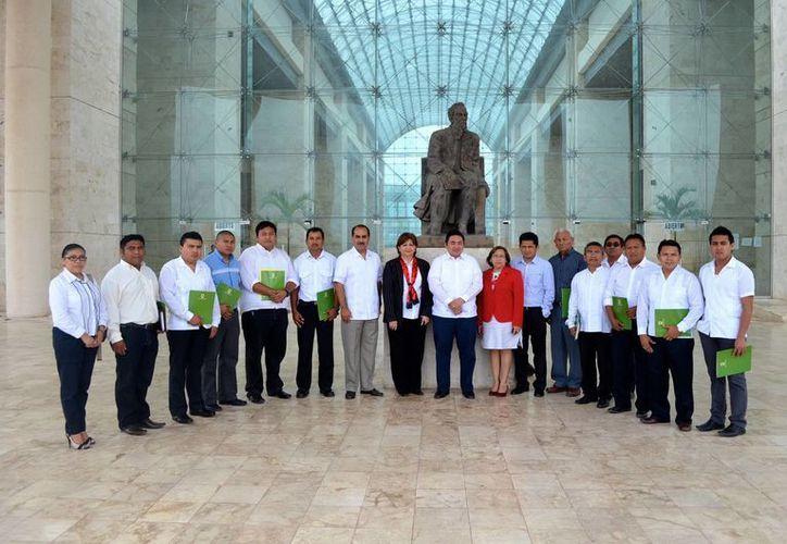 Los nuevos jueces de paz, acompañados por magistrados y el presidente el TSJY. (SIPSE)