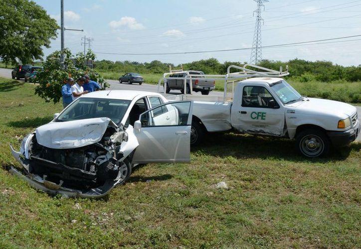 El guiador de una camioneta cambió de carril sin previo aviso, por lo que el vehículo fue impactado por un compacto en el Periférico. (Fotos: SIPSE)