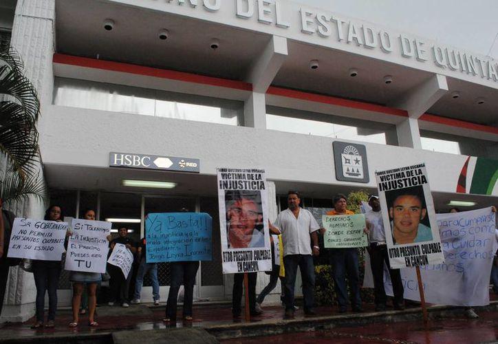 Manifestación frente a las instalaciones del Palacio de Gobierno del Estado. (Eric Galindo/SIPSE)