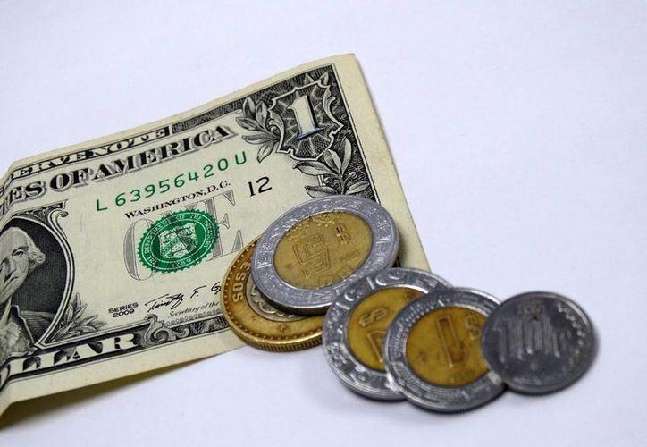 Esta mañana, el dólar se vendió hasta en 18.10 pesos. (Christian Coquet/SIPSE)