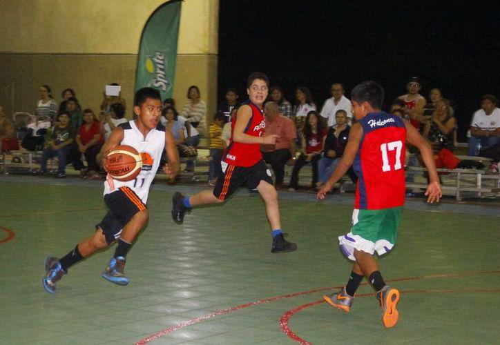 La magia volvió a brillar anoche en la cancha de la Unidad Deportiva Yucatán. (Juan Albornoz/SIPSE)