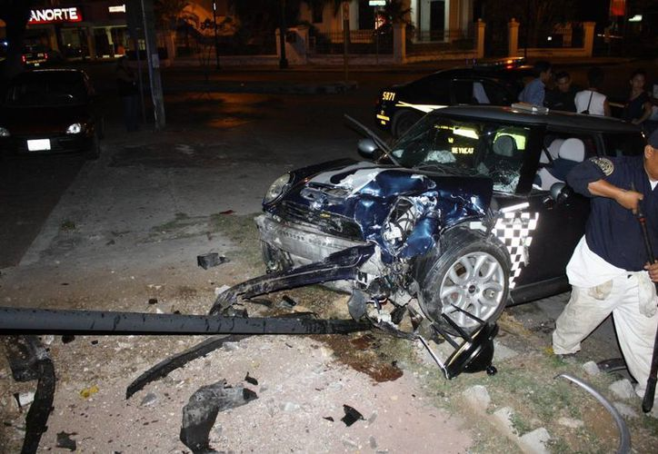 Con severos daños terminó el Mini Cooper, luego del choque. (Milenio Novedades)