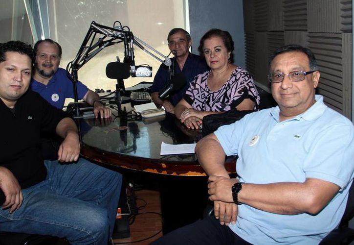 """Participantes de la emisión del programa radiofónico """"Salvemos una Vida"""". (Milenio Novedades)"""