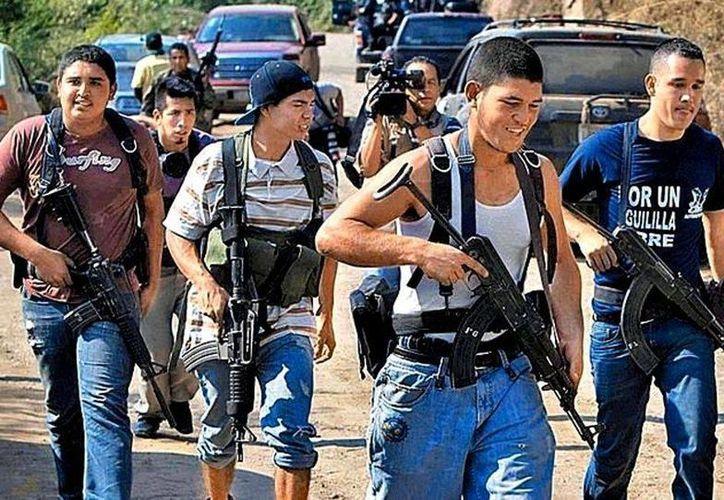 Con ayuda de la policía las autodefensas recuperaron sus autos. (Daniel Cruz/Milenio)