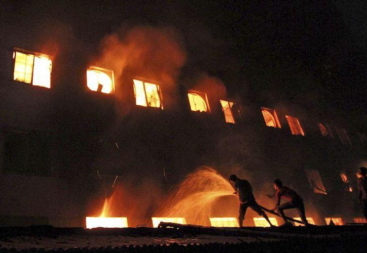 12 personas lesionadas tras saltar del edificio murieron posteriormente en hospitales. (Agencias)