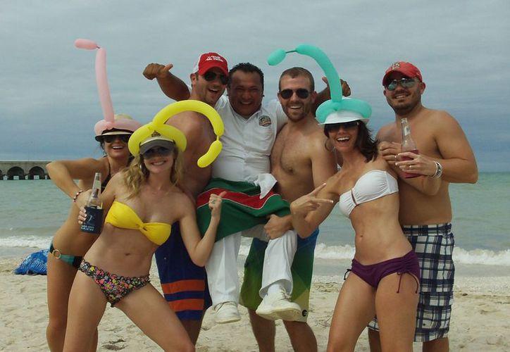 De los 3,214 turistas que arribaron en el Triumph, un gran porcentaje se quedó a disfrutar de las playas progreseñas. (Manuel Pool/SIPSE)