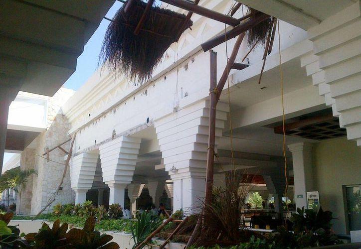 El pasado 27 de octubre cinco empleados se accidentaron cuando cambiaban el techo de palapa del hotel. (Daniel Pacheco/SIPSE)