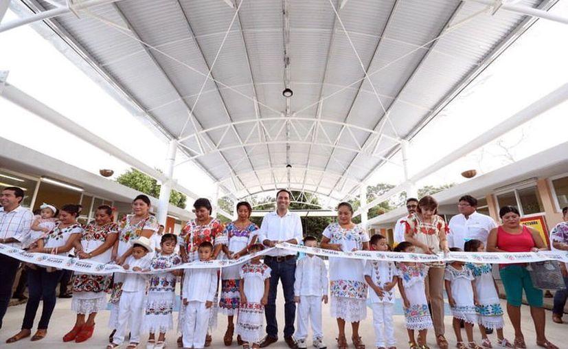 El apoyo para mejorar la infraestructura escolar fue constante en este año; también se entregaron uniformes y útiles escolares a alumnos de nivel básico. (Novedades Yucatán)