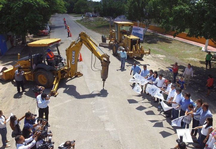 El alcalde Mauricio Vila dio el banderazo de inicio a las obras de modernización de la infraestructura vial urbana de Komchén. (Foto cortesía del Ayuntamiento de Mérida)
