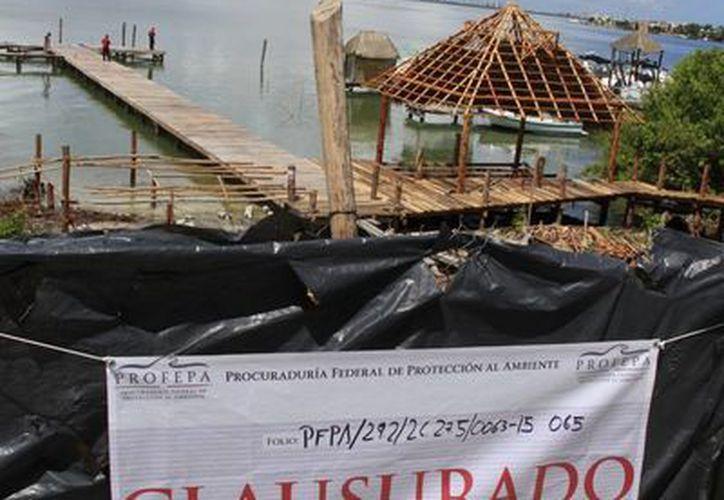 Se colocaron los sellos en la reja localizada sobre el bulevar Kukulcán. (Tomás Álvarez/SIPSE)