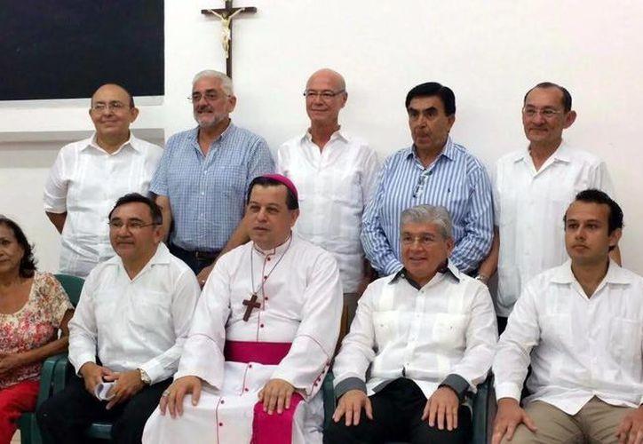 Mons. Gustavo Rodríguez Vega, Arzobispo de Yucatán, con integrantes de los Médicos Católicos. (Milenio Novedades)