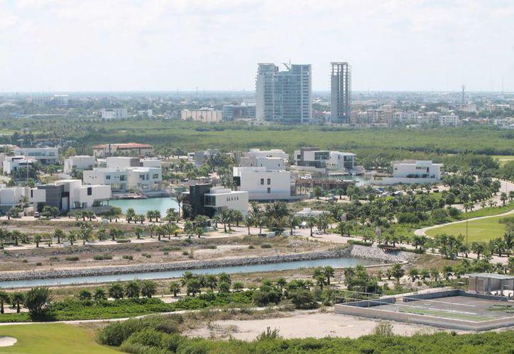 Con la revisión del instrumento, las autoridades municipales pretenden garantizar que las construcciones tanto de la ciudad, como de la zona turística, no excedan la capacidad de servicios. (Francisco Gálvez/SIPSE)
