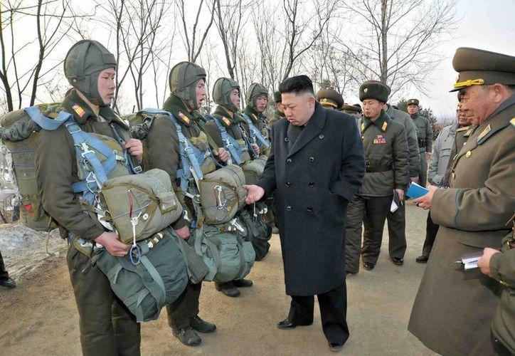El líder norcoreano, Kim Jong Un, inspecciona la unidad 323 del Ejército Popular de Corea del Norte. (EFE/Kcna/Archivo)